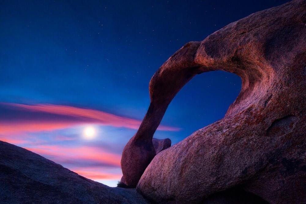 California has beauty that most people never see ... like this view of the moon over Mabius Arch in the Alabama Hills Recreation Area. Tweeted by the US Department of the Interior, 5/15/14.
