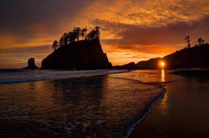 Fantastic shot of Washington's rocky coastline and the setting sun at Quillayute Needles National Wildlife Refuge. Photo by Melissa Hahn. Tweeted by the US Department of the Interior, 10/17/15.