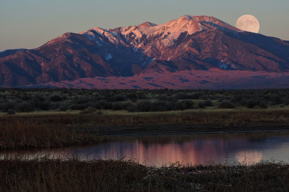 Supermoon peers over Mount Herard in this amazing pic at Great Sand Dunes National Park in Colorado. Tweeted by the US Department of the Interior, 11/18/16.